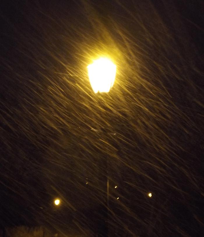 blowing-snow-night-yellow-lamppost